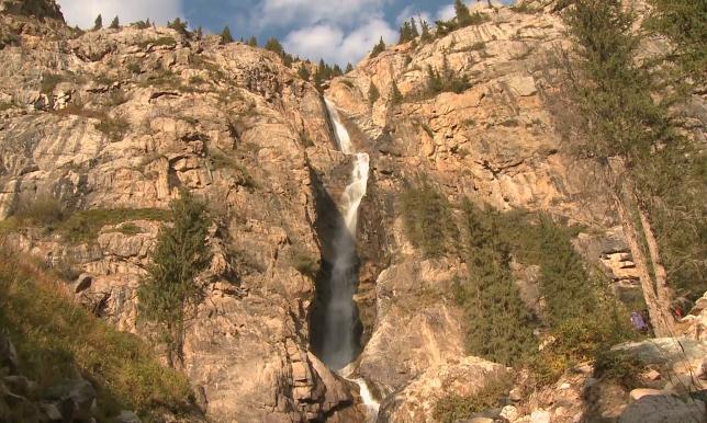 Ученые изучают самый высокий в Центральной Азии водопад Бурхан-Булак