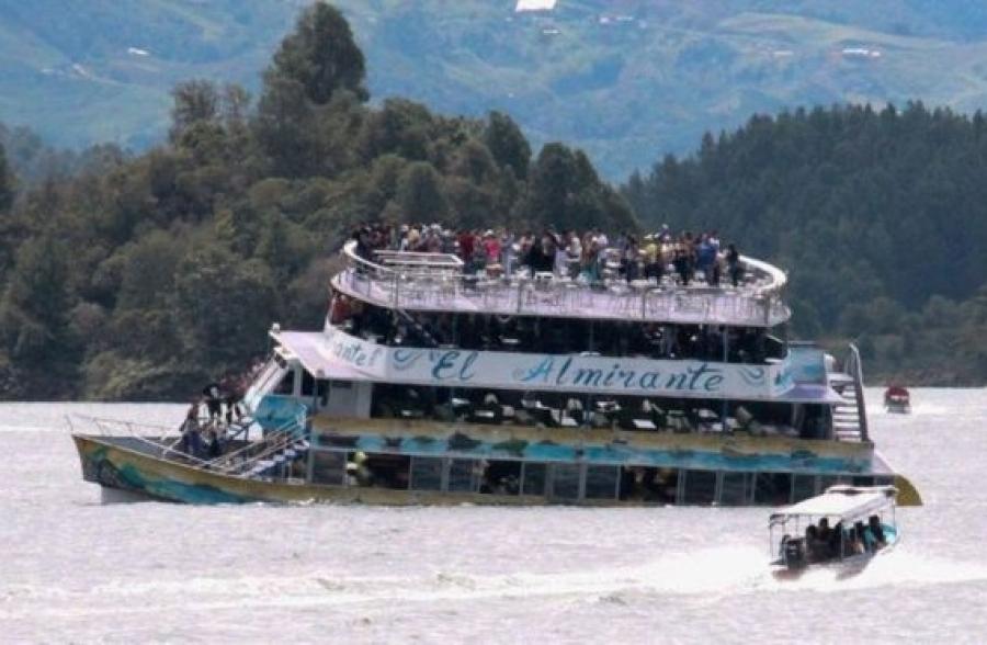 Судно со 150 туристами затонуло в Колумбии