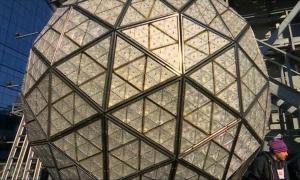 Нью-Йоркте дәстүрлі жаңажылдық шар орнатылды