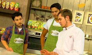 «Магия кухни». Гость: актер Дастен Шакиров. Блюда: стейк с картофелем и панкейки с ягодами