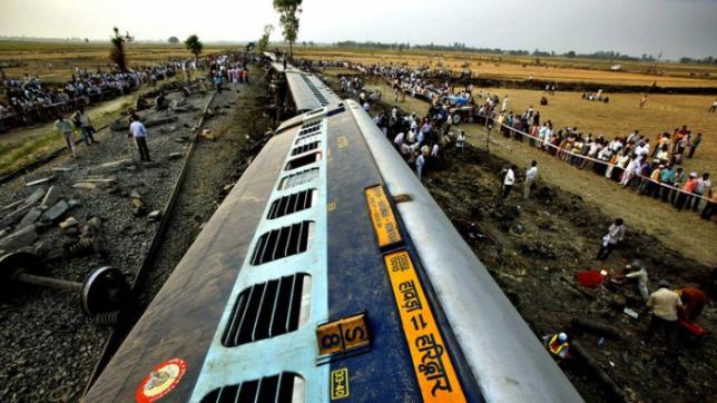 Үндістанда пойыз рельстен шығып кетіп, 24 адам қаза тапты
