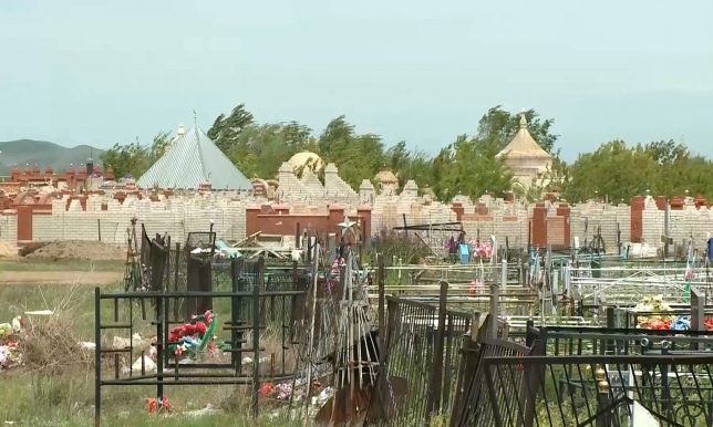 В Актобе на кладбищах снизили цены на погребальные услуги