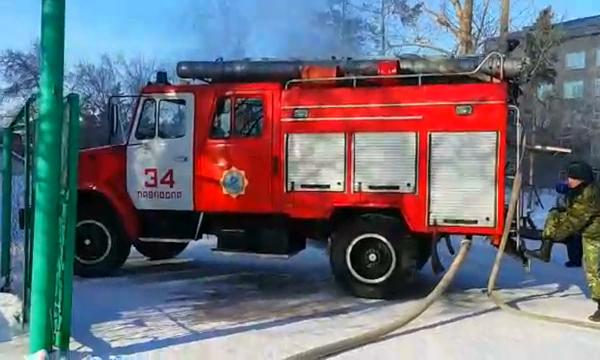 Крупный пожар произошел на территории больницы в Павлодаре