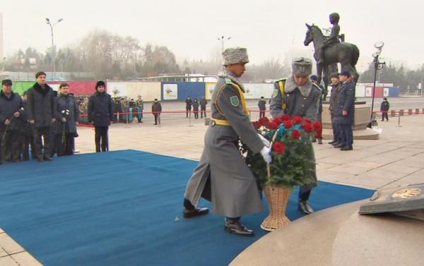 В Алматы возложили цветы к Монументу Независимости