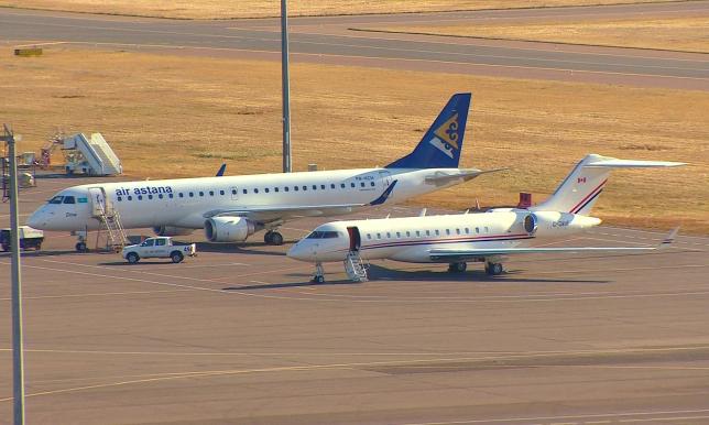 Техперсонал выполняет поиск неисправностей при посадке самолета Air Astana