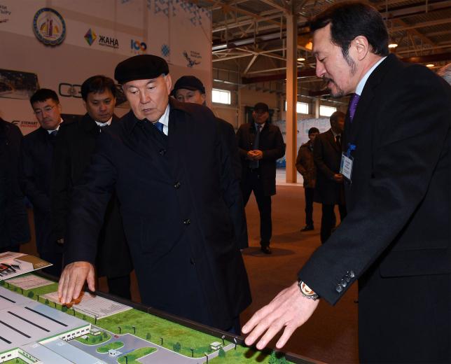 Нұрсұлтан Назарбаев жалпақ шыны өндіретін зауыттың құрылысымен танысты