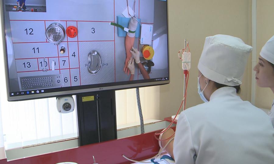 В Караганде студентов-медиков обучает необычный преподаватель