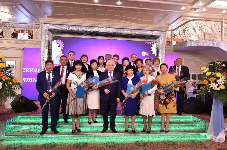 В ЮКО 35 учителей получили награды к профессиональному празднику