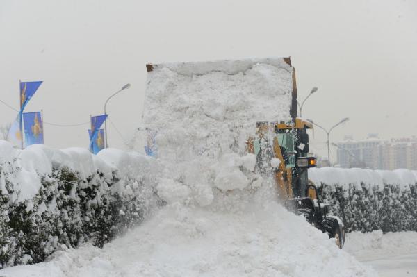 Алматыдан түні бойы 4691 текше метр қар шығарылды