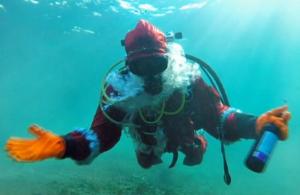 Дайверы провели традиционный подводный карнавал на Байкале