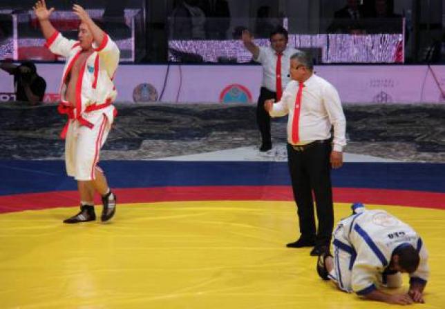 Айбек Нугумаров стал обладателем золотого пояса «Әлем Барысы»