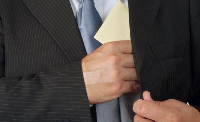 БҚО: Мемлекеттік кіріс департаментінің бөлім басшысы 101 млн теңге парамен ұсталды