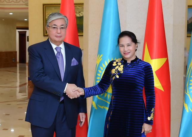 К.Токаев провел переговоры с главой парламента Вьетнама