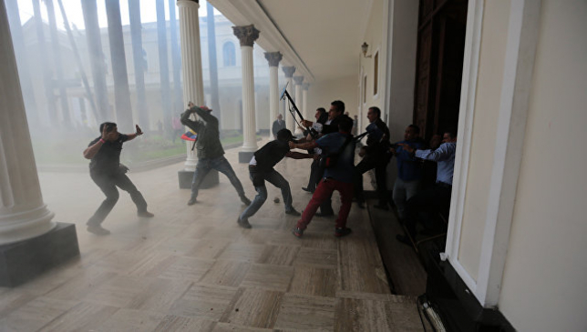 В ходе протестов в Венесуэле погибли 100 человек