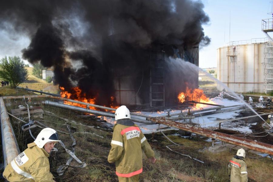 Пожар на нефтебазе Шымкента тушили почти сутки