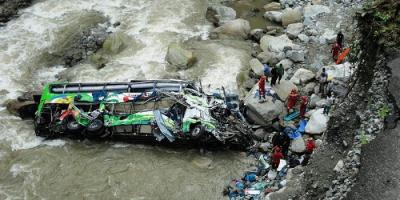 Үндістанда жолаушылар автобусы өзенге құлап, 36 адам ажал құшты