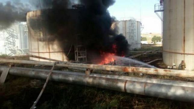 В Шымкенте горит нефтебаза