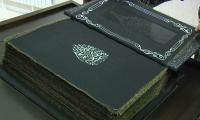 Первый в мире Коран из черного шелка представили в Баку