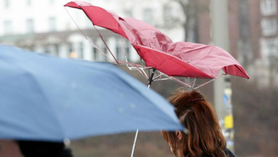 Штормовое предупреждение объявили в ряде областей страны