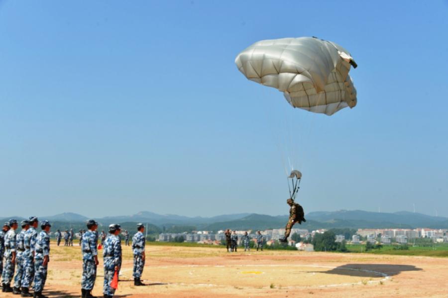 Казахстанские десантники совершили первые прыжки на территории Китая