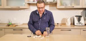 Как почистить чеснок за 10 секунд