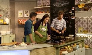 """«Магия кухни». Гость: телеведущая Адель Оразалинова. Блюда: """"Пастуший пирог"""", салат с морковью"""